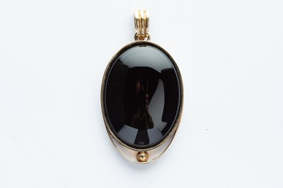 Lot 8 - A 9ct Yellow Gold Mounted Black Onxy Pendant