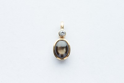 Lot 13 - A 9ct Yellow Gold Diamond & Gold Sheen Cat Eye Sapphire Pendant