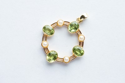 Lot 14 - A 18ct Yellow Gold Peridot & Cultured Seed Pearl Circle Pendant