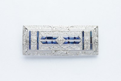 Lot 34 - A 18ct White Gold Diamond & Sapphire Art Deco Brooch