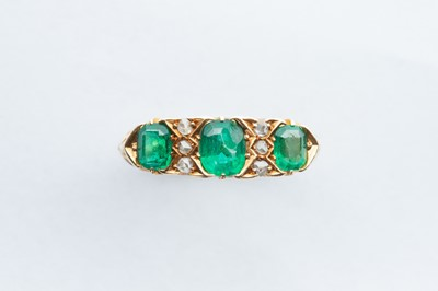 Lot 47 - An 18ct Gold Emerald & Diamond Ring