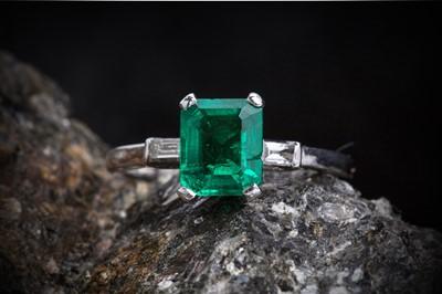 Lot 7 - A vibrant Art Deco emerald and diamond ring.