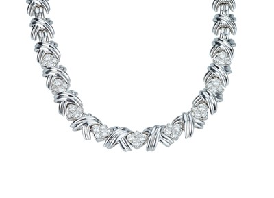 Lot 89 - TIFFANY & Co. An 18 ct white gold and diamond necklace.