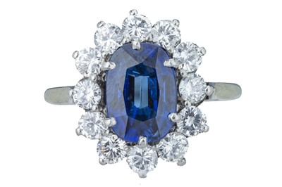 Lot 96 - A striking sapphire and diamond cluster ring.