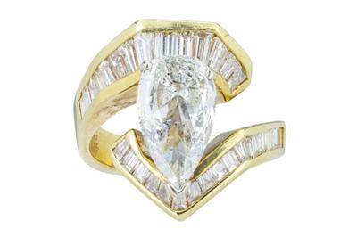 Lot 90 - A flamboyant diamond dress ring.